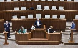 Opoziční poslanci opustili rokovanciu sálu, po troch dňoch parlament rokuje o zákonoch za 800 miliónov eur.