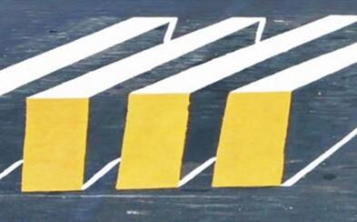 Optická ilúzia zakomponovaná priamo do cesty? Trojrozmerne vyzerajúci prechod pre chodcov núti indických vodičov spomaliť