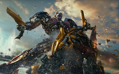 Optimus trhá v epickom traileri Bumblebeeho na kúsky. Do boja povstávajú stredovekí Transformeri a planéta Zem čelí deštrukcii ako nikdy predtým