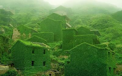 Opustená rybárska osada v Číne, ktorú pomaly pohlcuje samotná matka príroda