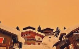 Oranžový sníh dorazil do Česka. Obarvuje jej písek ze Sahary