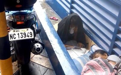 Osmileté děvčátko bez domova poctivě psalo domácí úkoly na ulici. Chudá rodina žije na dešti, aby mohla dceři dopřát vzdělání