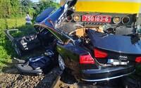 Osobný vlak pri Nitre zmietol luxusné Audi A8. Tlačil ho viac než 200 metrov