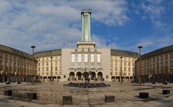 Ostrava si uctí obete útoku zhasnutím dominánt mesta. Primátor chce štátny smútok