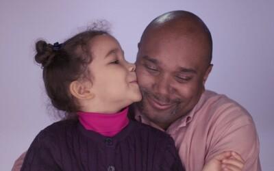 Otcovia vo videu povzbudzujú svoje dcérky motivačnými vetami. Pozrite sa, ako im to ide
