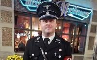 Otec obliekol syna do kostýmu Hitlera a zo seba spravil nacistu. Svoje halloweenske rozhodnutie už stihol oľutovať