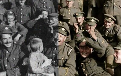 Otec Pána prsteňov nás zavedie do pekla 1. svetovej vojny. Pripravte sa na výnimočný historický dokument