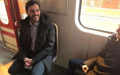 Otočené sedačky v metru testují lidé na trasách A i B. Dopravní podnik je plánuje rozšířit do dalších souprav