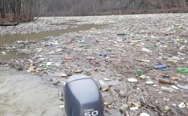 Otrasný pohľad na východe Slovenska: Priehrada Ružín je plná plastového odpadu, zasahuje až do metrovej hĺbky