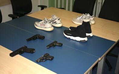 Ozbrojení teenageři z Brna přepadávali lidi kvůli Yeezům a Balenciagám