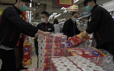 Ozbrojení zlodeji ukradi v Hongkongu stovky roliek toaletného papiera. Môže za to panika z koronavírusu