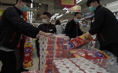 Ozbrojení zloději ukradli v Hongkongu stovky rolí toaletního papíru. Může za to panika z viru Covid-19
