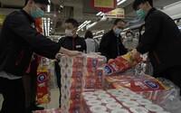 Ozbrojení zloději ukradli v Hongkongu stovky rolí toaletního papíru. Může za to panika z viru SARS-CoV-2