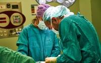 Pacientovi v Nitre lekári operovali zdravé koleno namiesto toho boľavého