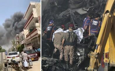 Pákistánské letadlo se před nehodou pokusilo o přistání na břiše, manévr poškodil oba motory