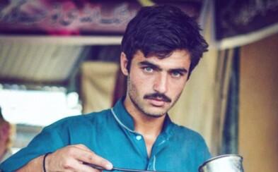 Pákistánský prodavač čaje Arshad se stal modelem ze dne na den. Stačila na to jedna fotografie a obdivovatelé se jen hrnuli