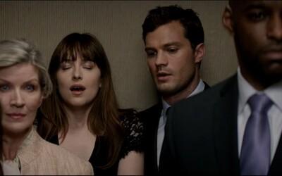 Pan Grey uspokojuje nadrženou Anastazii ve výtahu. Sledujte vášnivý trailer pro Padesát odstínů temnoty