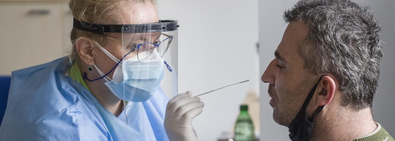 Pandemie koronaviru sílí a nakažených přibývá. V úterý testy odhalily 553 nových případů nákazy