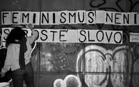 Panenství je mýtus a porno není realita. Kdo stojí za nápisy, které se objevují po celé Praze? (Rozhovor)