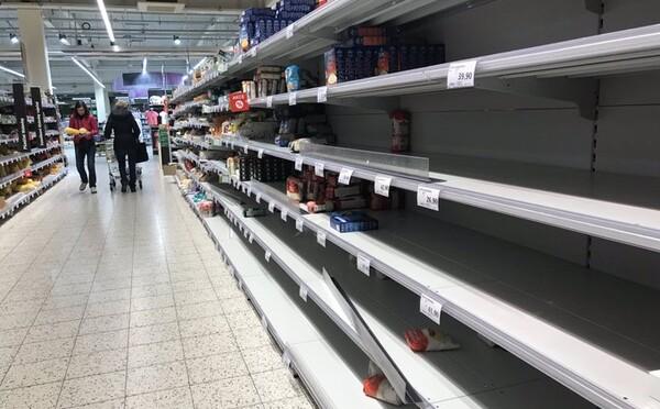 Panika v obchodoch: Česi na internete kupujú aj 600 kíl jedla naraz. Český server musel obmedziť objednávky