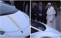 Pápež František dostal novučičké Lamborghini Huracán. Nehodlá sa však vzdať svojho papamobilu a radšej ho predá
