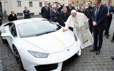 Pápež František sa chystá vydražiť svoje Lamborghini Huracán. Jeho cena môže byť až 350-tisíc eur