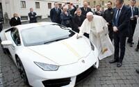 Papež František vydraží své Lamborghini Huracán. Jeho cena může být až 9 milionů korun