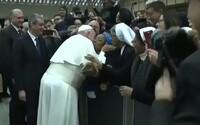 Pápež požiadal mníšku, aby ho nepohrýzla. Uťahoval si tak z minulotýždňového incidentu