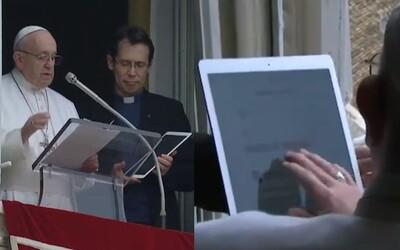 Papež představil aplikaci k modlení. Mladé věřící nabádá, aby si ji stáhli
