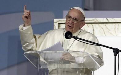 Papež přišel na pravidelnou týdenní modlitbu o 25 minut později, protože se zasekl ve výtahu