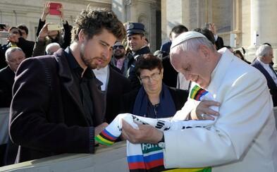 Pápež vydražil bicykel, ktorý mu daroval Peter Sagan, za 30 000 €. Výťažok poputuje nemocniciam bojujúcim s koronavírusom