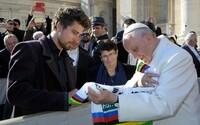Papež vydražil za zhruba 800 000 korun kolo, které mu daroval Peter Sagan. Výtěžek poputuje nemocnicím bojujícím s koronavirem