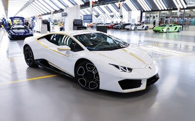 Papežovo Lamborghini se vydražilo za rekordní sumu. Peníze putují na charitativní účely