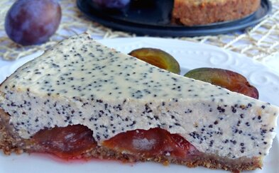 Parádny cheesecake so slivkami a makom, ktorý ti svojou chuťou rozhodne zlepší deň (Recept)