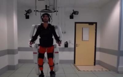 Paralyzovaný muž chodil prvýkrát po dvoch rokoch vďaka exoskeletu, ktorý ovláda mysľou. Konečne mohol hýbať aj rukami