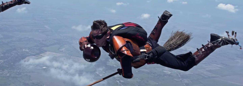 Parašutisti si zahrali skutočný metlobal z Harryho Pottera tisícky metrov nad zemou