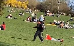 Park v Praze dnes bujel životem. Lidé nařízení vlády nerespektují, někteří chodí bez roušky