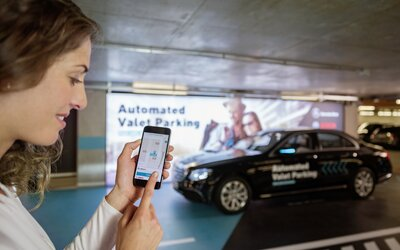 Parkovanie ako v bondovke? Vďaka prvej úradne povolenej plne automatizovanej funkcii je to realita