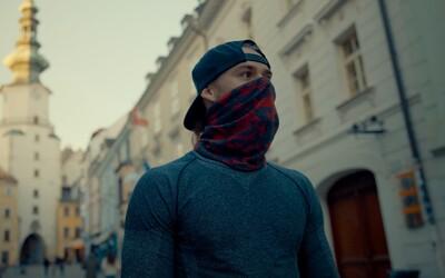 Parkúrista Michal Barbier predviedol v prázdnych uliciach Bratislavy poriadne akčné kúsky