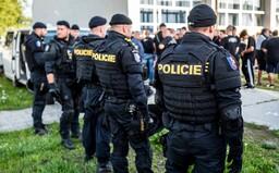 Parta dětských výtržníků terorizuje Litvínov. Po lidech hází kameny a ničí auta