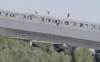 Partia chalanov skočila do Dunaja z idúcej súpravy metra. 20-metrový pád sa im mohol stať osudným
