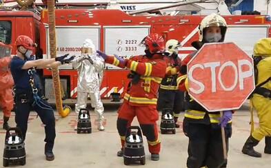 Partia hasičov z Bratislavy ťa vtipným tančekom naučí, ako sa správať počas koronavírusu. Umývaj si ruky a udržuj odstup
