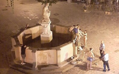 Partia mladíkov sa v noci kúpala v bratislavskej historickej fontáne. Vyskákali z nej až po príchode hliadky