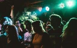 Party navzdory vládním nařízením: V Holešově měli na diskotéce vířivku, popíjeli a kouřili v podniku