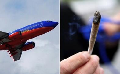 Pasažier lietadla si na ceste do Los Angeles zapálil na palube jointa. Po chvíli prišlo núdzové pristátie