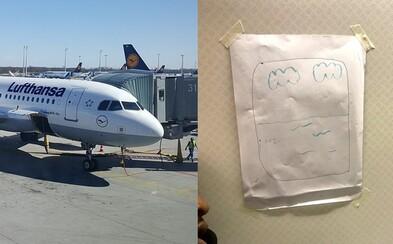 Pasažier sa neustále sťažoval, že nesedí pri okne, tak mu letuška jedno nakreslila