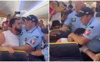 Pasažiera násilne vyviedli z paluby Ryanairu. Chcel si sadnúť ku kamarátovi