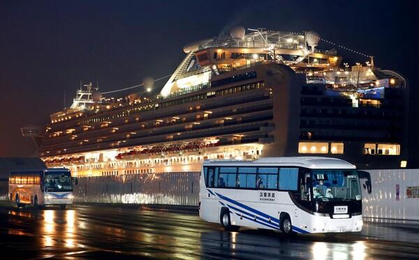 Pasažierov z luxusnej lode, ktorá je už dva týždne v karanténe v Japonsku, postupne prepúšťajú domov