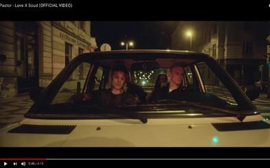 Pastor má na vedlejším sedadle Glock a v autě se mu střídají kamarádi, zákazníci i Daisy Lee