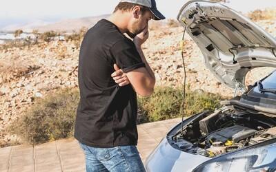 Patálie s kradeným autem: Muž v Brně vyměňoval baterku, kolemjdoucí hlídka ale zjistila, že vůz není jeho